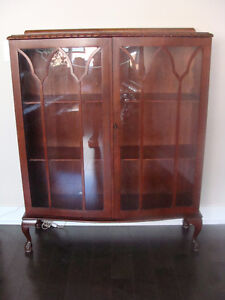 Beautiful mahogany cabinet with 2 glass and curved doors.