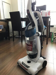 Bissell upright bagless vacuum cleaner in mint condition