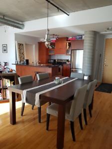 Table de cuisine en bois / Wooden kitchen table (4-6 per)