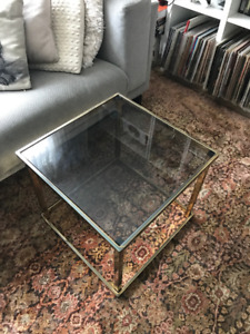 Table d'appoint fini laiton/or et verre fumé | Brass/gold table