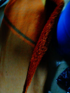 Grand tapis orange propre et poils longs très propre