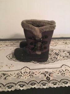 Girl's snow boots size 10. AVAILABLE