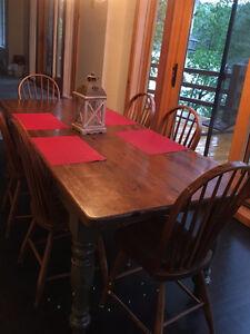 Ensemble table et 6 chaises, reproduction antiquité