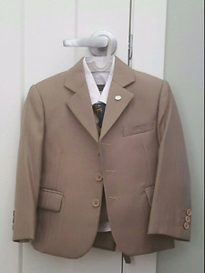 Mini World 3-piece suit. Worn only once. Excellent condition.