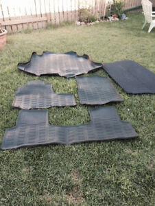 Contoured mats and trunk cover for Honda CRV