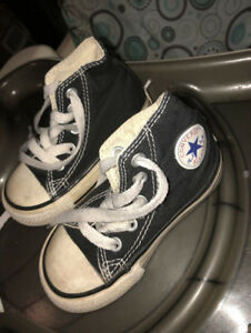 Size 5 tSize 5 toddler converse shoes $5.00oddler converse shoes