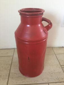 Bidon de lait antique rouge