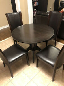 Round wooden Kitchen Table with 3.5 chairs