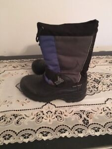 Snow boots size 1. AVAILABLE