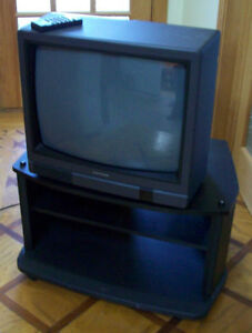 un meuble sur roulettes et une ancienne tv