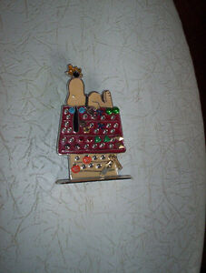 vintage Snoopy Woodstock on doghouse earring holder metal enamel