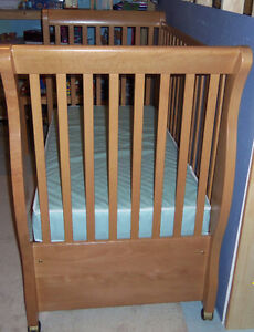 Caramia convertible crib/daybed Windsor Region Ontario image 3