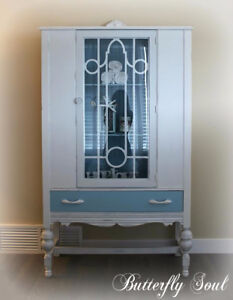 SOLID WOOD ANTIQUE CHINA CABINET
