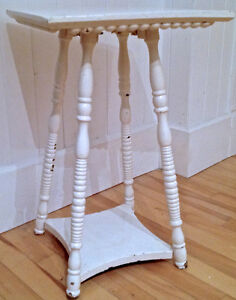 Antiquité Collection Magnfique petite table en bois peint patiné