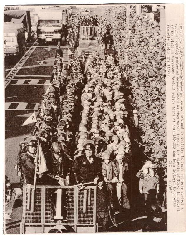 1974 Police Escort President Ford Protestors Tokyo Japan Original News Wirephoto