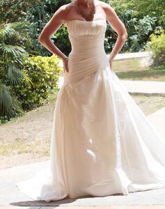 Magnifique robe de mariée.Grandeur 4 ans .Nettoyée