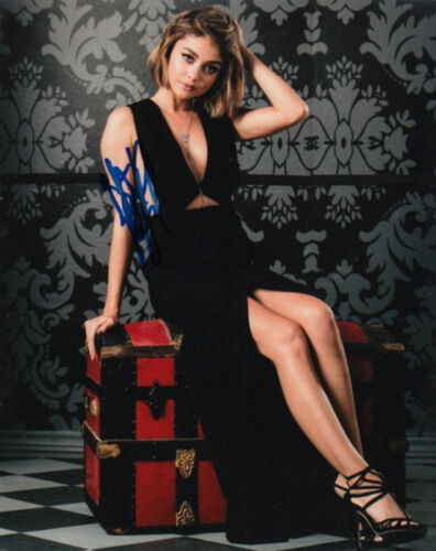 SARAH HYLAND.. Leggy and Lovely (Modern Family) SIGNED