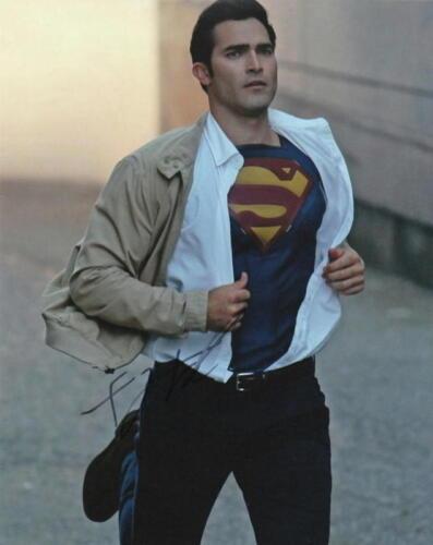 TYLER HOECHLIN.. TV's Newest Superhero (Supergirl) SIGNED