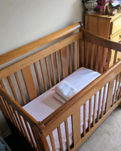 Solid Wood Crib W/ Soybean Mattress + 5 Crib Sheets + Bumpers
