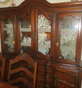 Dining Room Table with leaf / 6 chairs + 2 pcs 4 door Hutch