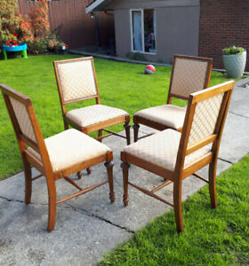SET OF 4 VINTAGE SOLID OAK DINING ROOM CHAIRS