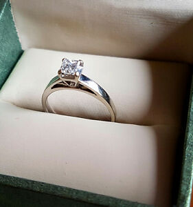 ELEGANT 14K WHITE GOLD ENGAGEMENT RING !