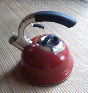 RED KETTLE IN LIKE NEW CONDITION