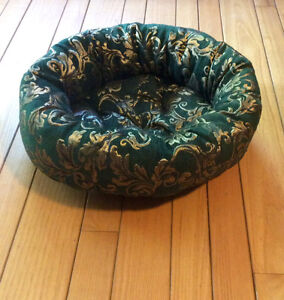 Green & Gold Pet Bed With Removeable Plush Pillow - St. Thomas