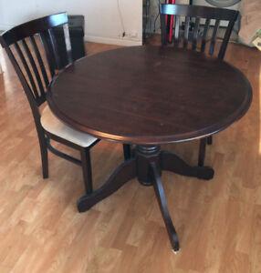 Table ronde en bois avec 4 chaises