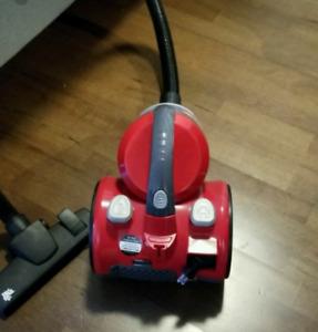 Vacuum cleaner and handheld steam iron