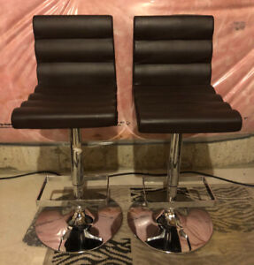 Swivel bar stools for sale. Excellent condition.