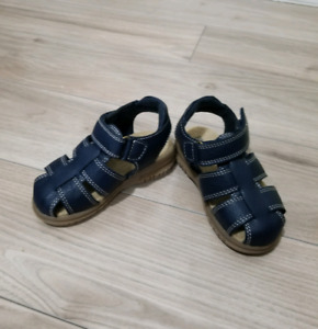 NEW sandals. Size 6 (baby)