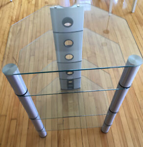 Sonorous tempered glass audio stand