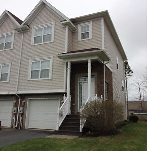 NEW LISTING - Immaculate, End Unit Town House-Portland Hills
