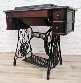 Singer Sewing Machine. (DELIVERY AVAILABLE)