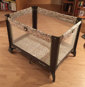 LIKE NEW GRACO FOLDABLE TRAVELING CRIB/PLAYPEN WITH BAG