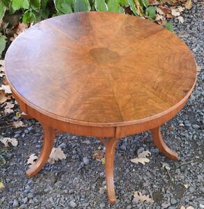 Petite table rond antique. Dimensions: 26po de rond x 15po haut