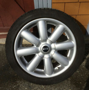 À vendre  4 pneus d'été Michelin 215/45 R17 et 4 Mag de mini