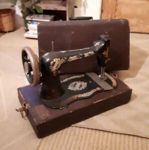 Vintage Singer Sewing Machine with Carrying Case