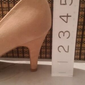 GUESS HEELS - BEIGE SUEDE w/ ADORABLE RUFFLED TOE, Almost New Cambridge Kitchener Area image 5