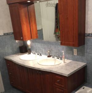 Vanité salle de bain avec robinetterie et armoire