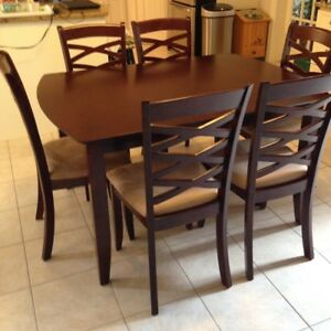 SOLID DARK WOOD TABLE WITH CENTERLEAF AND 6 CHAIRS