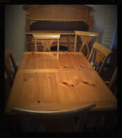 Dining Room Table with 2 extension - 6 Chairs and Hutch