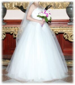 Beautiful almost new wedding dress for petite girls