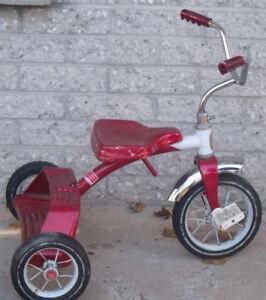 Beau petit tricycle en parfaite condition fait en métal à 90%