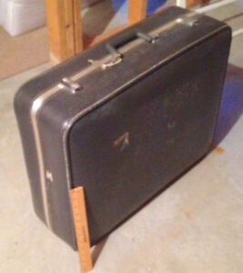 Suitcase, Very Large, Clean, and Versatile, with Key Sarnia Sarnia Area image 1