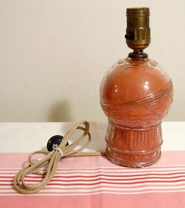 Ancienne lampe en verre avec intérieur corail foncé