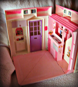 BARBIE ~ HOUSE (FOLDS OUT TO 3 ROOMS) W/BATTERY LAMP IN WINDOW Kitchener / Waterloo Kitchener Area image 4
