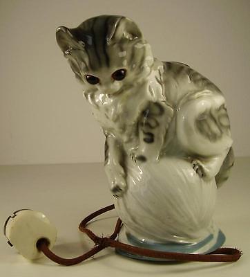 Antiker Rauchverzehrer Katze auf Wollknäuel Porzellan vor 1945