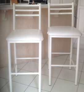 Bar stools in excellent condition - set of three